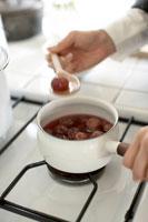 鍋で煮込まれるジャム