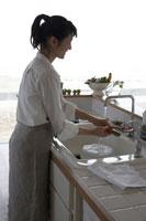 キッチンで洗い物をする女性