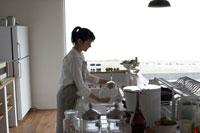 キッチンで洗い物をする女性 24014001040| 写真素材・ストックフォト・画像・イラスト素材|アマナイメージズ