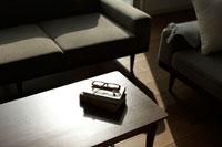 テーブルに置かれた本と眼鏡