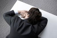 デスクで寝ている男性社員