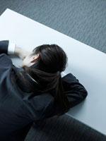 デスクで寝る女性社員
