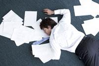 過労で倒れている男性社員