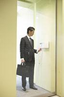 IDカードで入室する男性社員