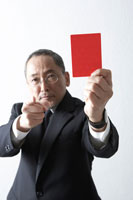 レッドカードで警告する社員