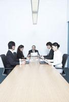 会議をする社員