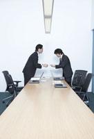 会議室で名刺交換する男性社員