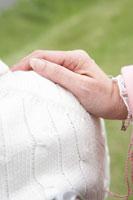 肩に置いているシニア女性の手