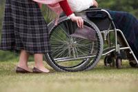 車椅子の男性と付添いの女性の足