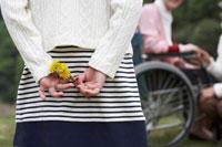 花を持っている子供の後姿 24015000027| 写真素材・ストックフォト・画像・イラスト素材|アマナイメージズ