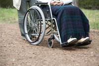 車椅子に座っている男性の足