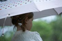 傘をさす子供の後姿