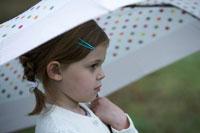 傘をさす子供の横顔