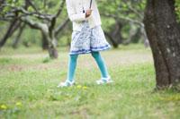 自然の中で傘をさす子供の足元