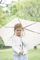 自然の中で傘をさす子供