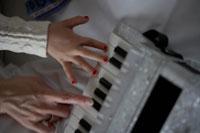 アコーディオンを弾く子供と大人の手