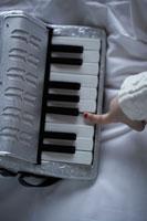 アコーディオンを弾く子供の手