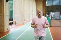 ジョギングするシニア男性