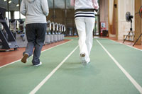 ジョギングする2人の女性の足元
