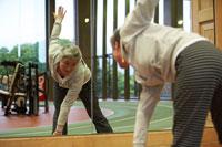 鏡の前で運動するシニア女性