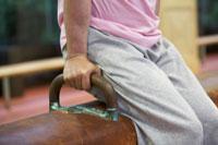あん馬で運動するシニア男性