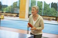 卓球するシニア女性