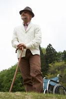 自然の中で杖をつくシニア男性