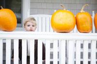 ハロウィンのカボチャに囲まれる男の子