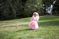 プリンセスの衣装をつけ走る女の子