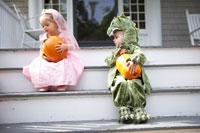 着ぐるみを着て階段で遊ぶ子供2人