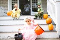 着ぐるみを着て階段で遊ぶ子供3人