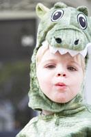 ドラゴンの衣装をつけた男の子