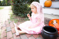 プリンセスの衣装をつけ座る女の子