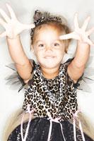 ドレスを着て手を開く女の子 24015000308A| 写真素材・ストックフォト・画像・イラスト素材|アマナイメージズ