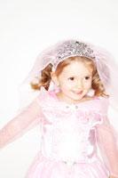 プリンセスの衣装を着て微笑む女の子 24015000309| 写真素材・ストックフォト・画像・イラスト素材|アマナイメージズ