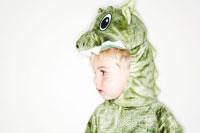 ドラゴンの衣装を着て佇む男の子