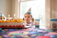 誕生日ケーキを前にした女の子