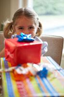 プレゼントを前に微笑む女の子