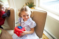 プレゼントを抱える女の子