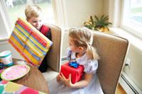 プレゼントを抱える男の子と女の子