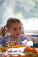 ケーキを前に横を見る女の子