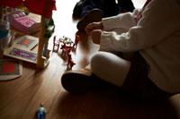 おもちゃで遊ぶ子供2人