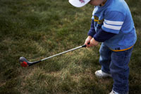 ゴルフをする男の子