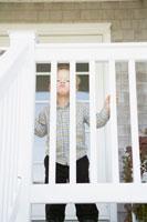 階段の柵から下を見る男の子