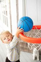 おもちゃのバスケットボールで遊ぶ男の子