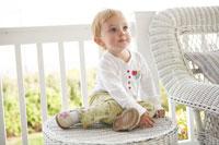 バルコニーのテーブルに座る女の子