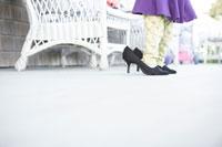 大人の靴をはく女の子の足元 24015000463| 写真素材・ストックフォト・画像・イラスト素材|アマナイメージズ