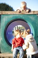 遊具で遊ぶ子供3人