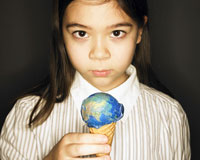 地球アイスを持つ女の子