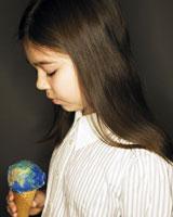 地球アイスを持つ女の子の横顔